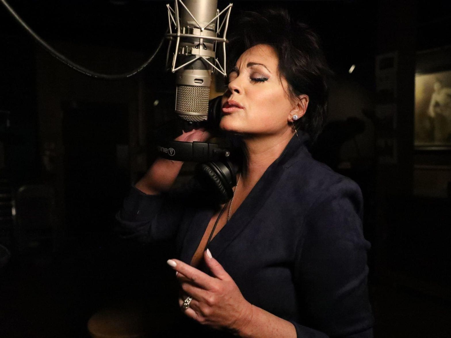 Kelly Lang Bio Wiki: Net Worth, Age, Husband T.G Sheppard, Daughters, Songs